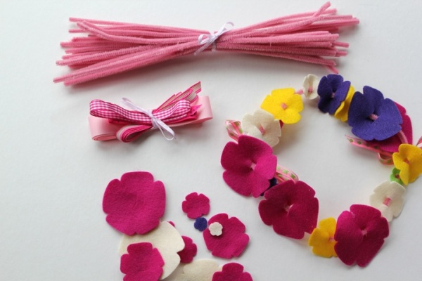 Source: http://thegirlinspired.com/2011/02/felt-flower-tiaras-childrens-craft/
